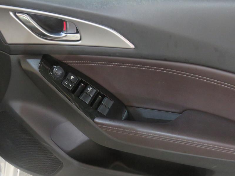 Mazda 3 2.0 Individual 5-Door At Image 6